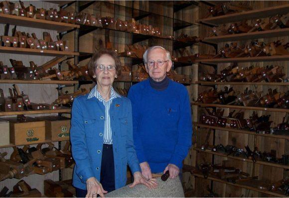 En 2008, Papa et Maman devant la collection d'outils anciens.